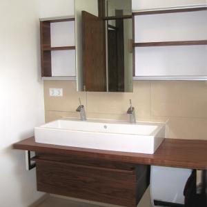 Badeinrichtung mit Waschtisch